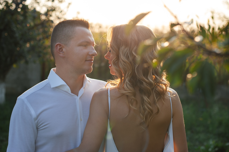 Fotograf profesionist de nunta, nunta in aer liber, cununie civila aer liber, petrecere aer liber, livada, livada pruni, cuplu, cununie civila nunta, apus, imbratisati, golden hour