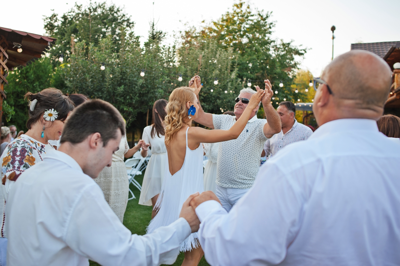 Fotograf profesionist de nunta, nunta in aer liber, cununie civila aer liber, petrecere aer liber, livada, livada pruni, cuplu, cununie civila nunta, apus, imbratisati, golden hour, alb-negru, portret, indragostiti