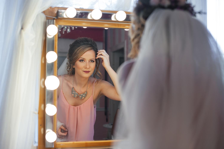 Mireasa care se admira in oglinda