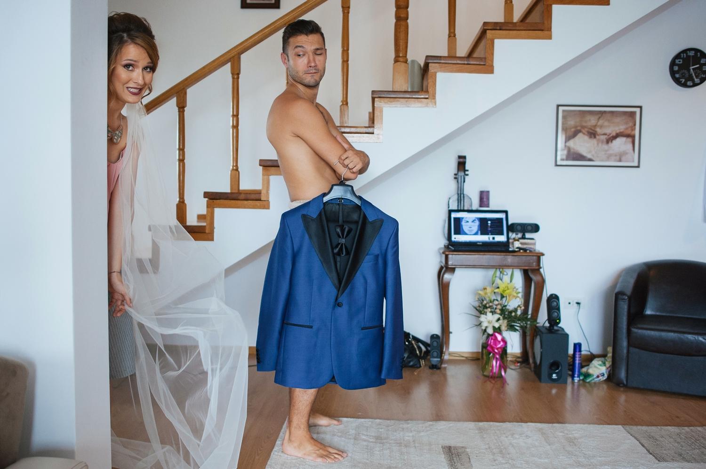 Mirele si mireasa se intalnesc in casa in ziua nuntii