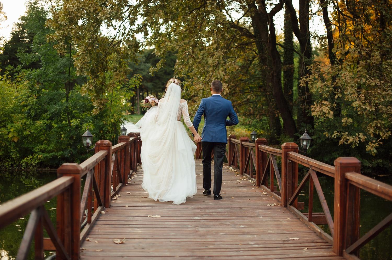 Mirii care merg pe un pod de lemn