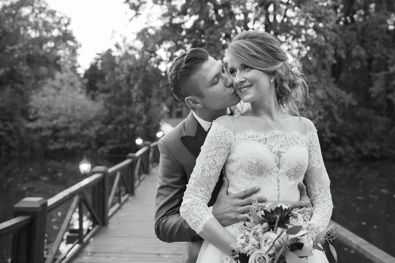 Fotografie de nunta alb-negru cu miri la apus spe un pod