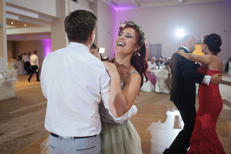 Una dintre domnisoarele de onoare danseaza