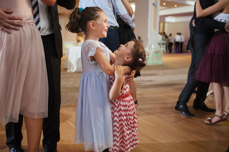 Doua fetite danseaza la nunta