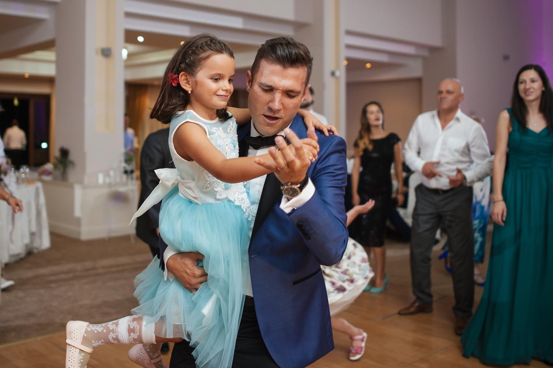 Mirele danseaza in brate cu o fetita