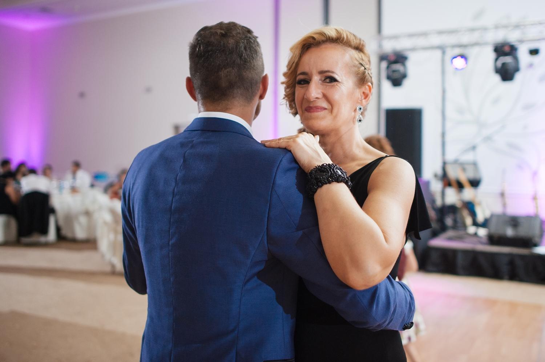 Mirele si o doamna danseaza in pereche