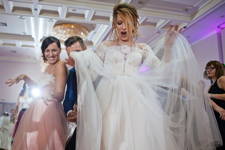 Fotografie mireasa care danseaza energic.
