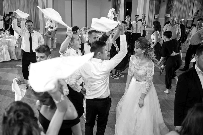 Fotografie invitati nunta cu servete albe in mana
