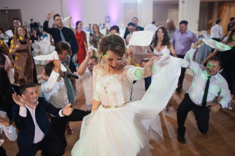 Fotografie petrecere nunta cu mireasa si invitati
