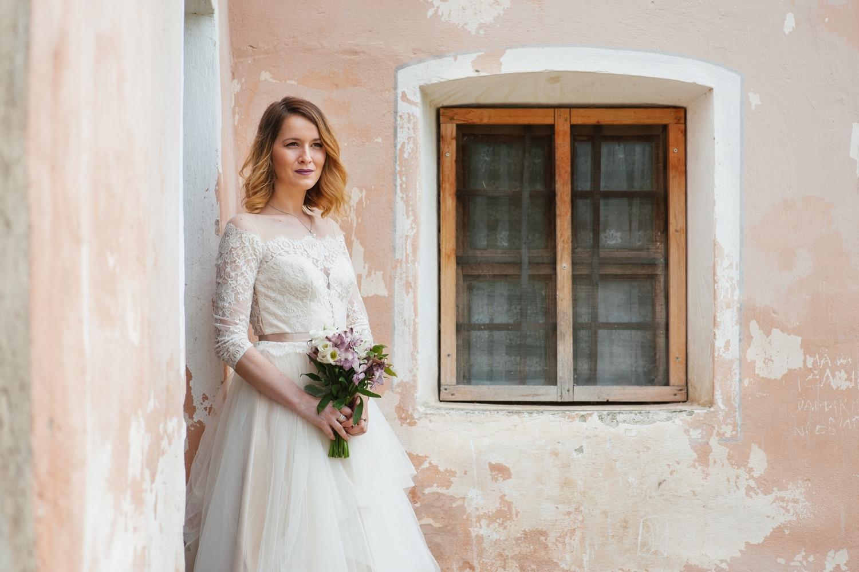 Fotograf profesionist de nunta close-up mireasa la sedinta foto profesionista de trash the dress la Biertan