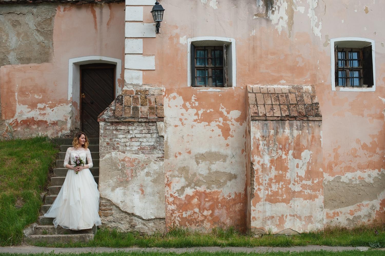Fotograf profesionist de nunta portret mireasa la sedinta foto profesionista de la Biertan, trash the dress Sibiu