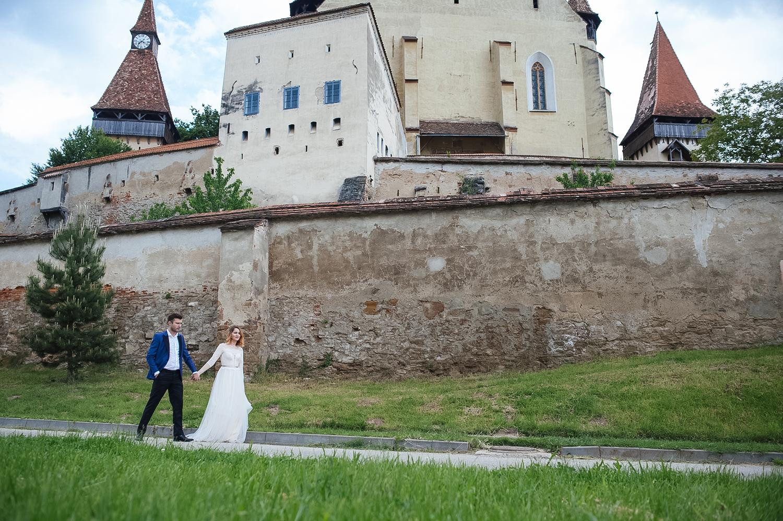 Fotograf profesionist de nunta, fotograf, fotograf de nunta, fotograf profesionist,, poza ansamblu miri si cetatea Biertan pe fundal