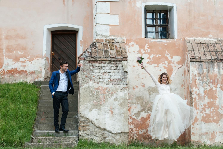 Fotograf profesionist de nunta cuplu miri la tras the dress portret la Biertan, Sibiu