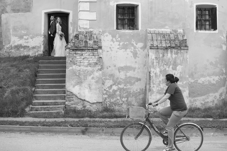 Fotograf profesionist de nunta fotografie alb-negru cu miri care stau spate in spate la cetatea medievala Biertan, trash the dress Sibiu