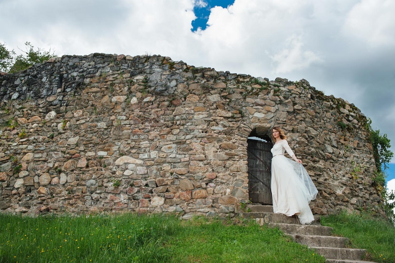 Fotograf profesionist de nunta, fotograf, fotograf de nunta, fotograf profesionist,,trash the dress, sedinta foto after wedding, mireasa trash the dress, sedinta foto dupa nunta, portet mireasa, cetate veche, nori pufosi, cer albastru