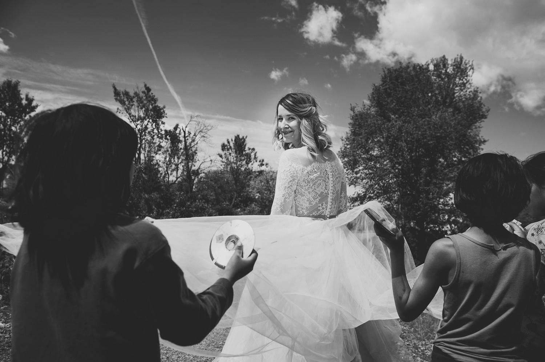 Fotograf profesionist de nunta, fotograf, fotograf de nunta, fotograf profesionist,,trash the dress, sedinta foto after wedding, mireasa trash the dress, sedinta foto dupa nunta, portet mireasa care zambeste, fotografie alb-negru