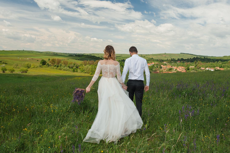 Fotograf, fotograf profesionist, fotograf de nunta, fotograf profesionist de nunta, trash the dress, cupluu de miri, miri tineri si frumosi, sedinta foto after wedding, miri la stana, miri la munte, sedinta foto la munte, trash the dress la munte