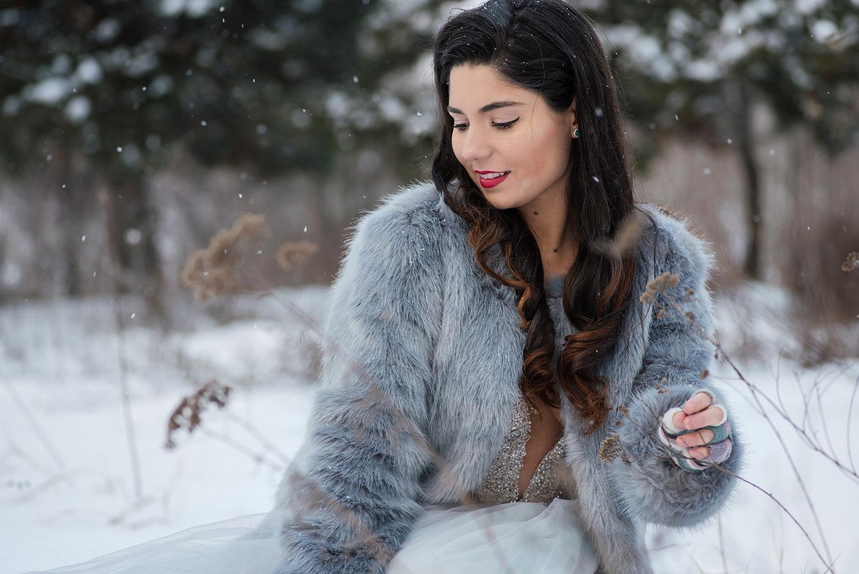 Femeie tanara bruneta imbracata in mireasa pozeaza la fotograf