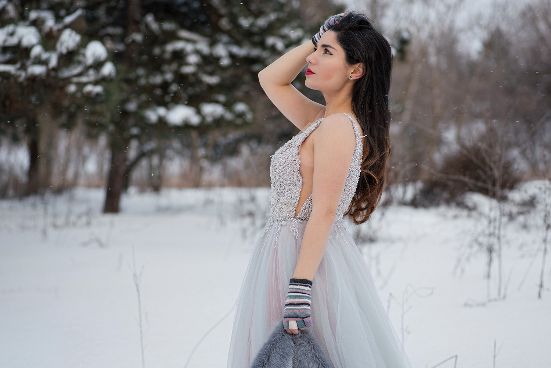 Tanara imbracata in rochie de mireasa la sedinta foto iarna