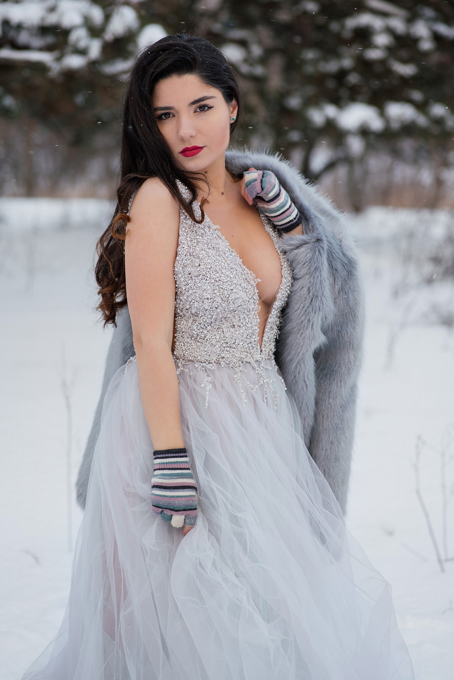 Mireasa in rochei decoltata si eleganta la sedinta foto de trash the dress