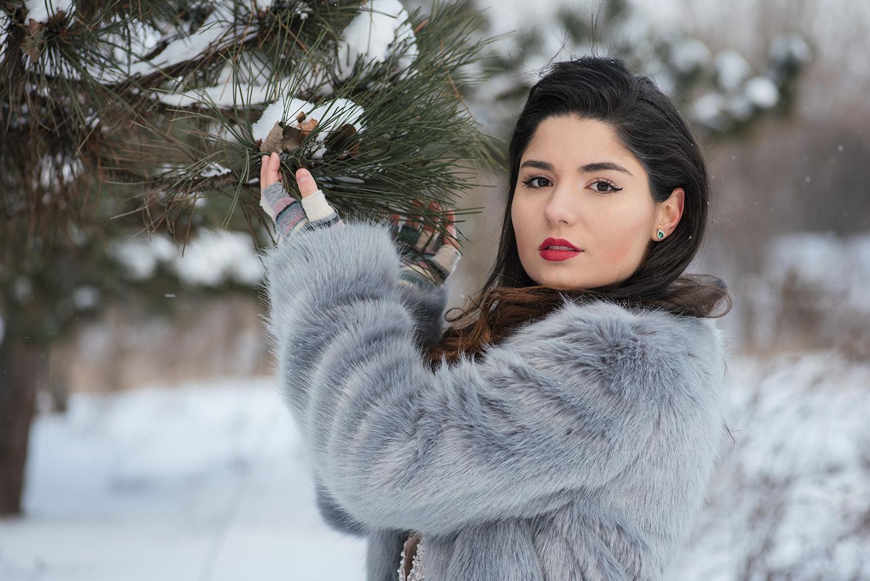 Portet de mireasa close-up la sedinta foto iarna langa un brad cu zapada.