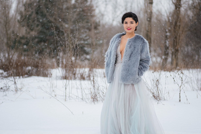 Mireasa la trash the dress in rochie cu decolteu iarna