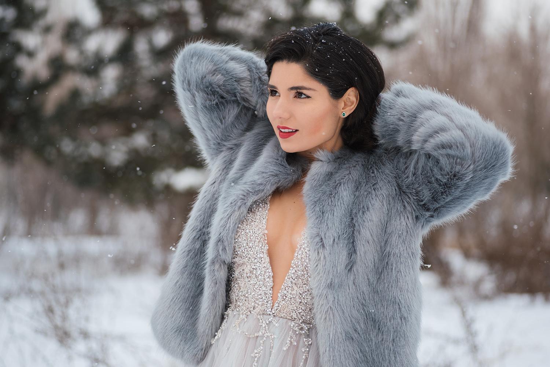 Mireasa tanara in rochie de mireasa pozeaza la fotograf