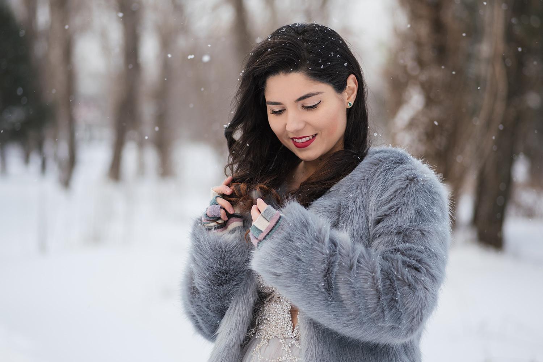 Portet de mireasa care intruchipeaza o mireasa care se joaca cu parul sau la sedinta foto iarna
