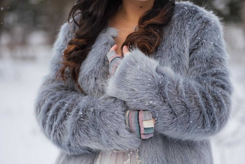 Fotografie detalii haina de blana, manusi si par coafat la sedinta foto iarna