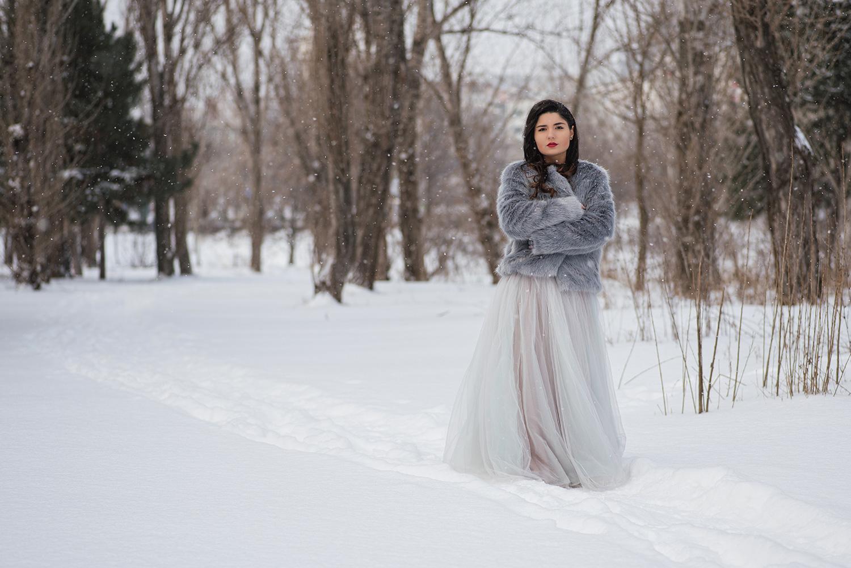 Mireasa pozata integral iarna pe zapada la trash the dress