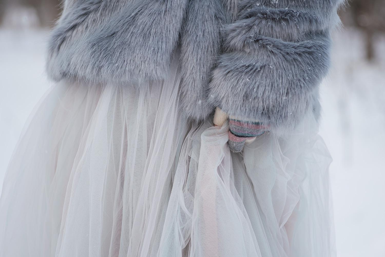 Detaliu fotografie sedinta foto trash the dress rochie, manusi si haina de blana