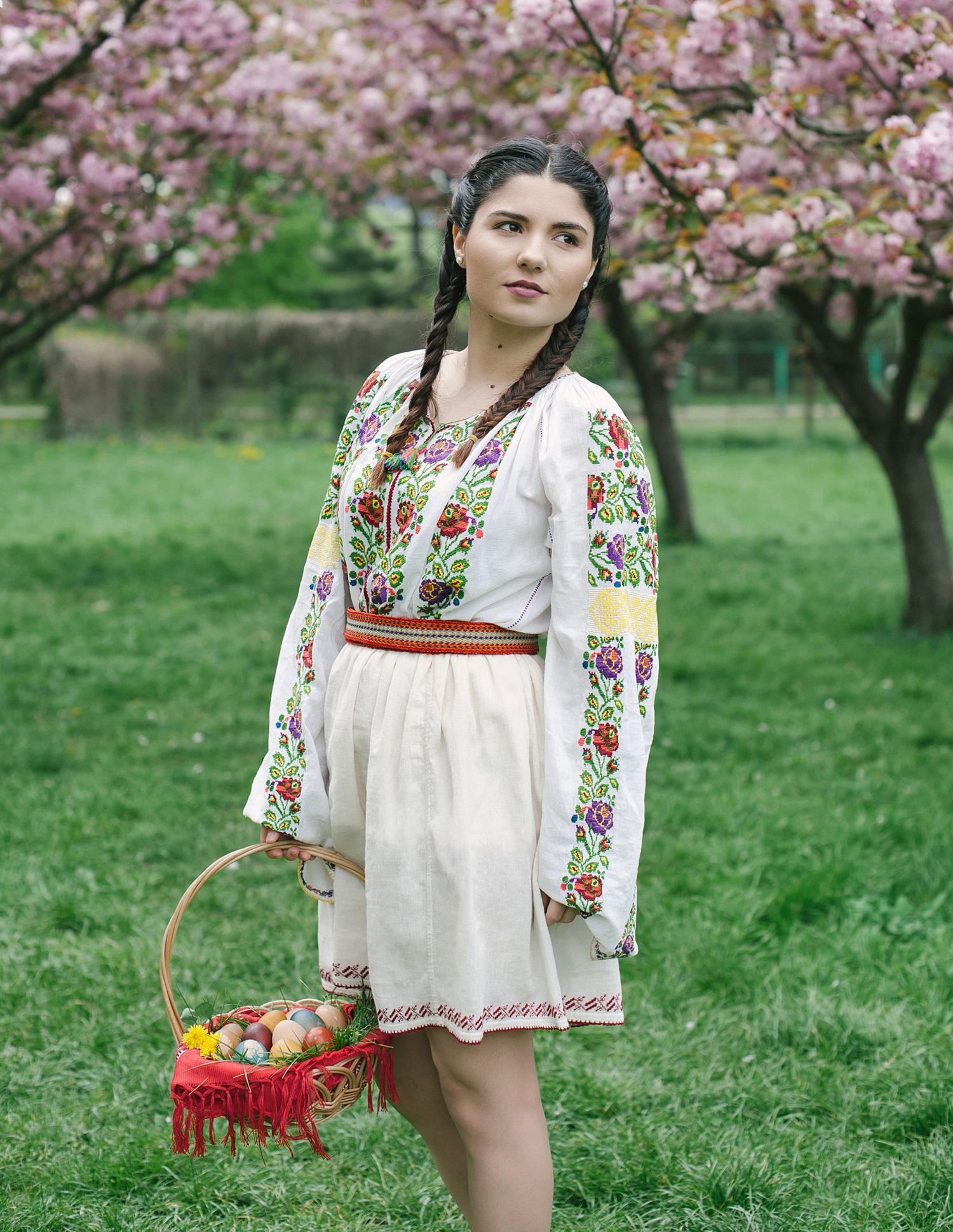 fotograf profesionist, costum popular traditional romanesc, femeie romanaca in costum popular, portret ie romaneasca, ia romaneasca, sedinta foto femeie portret