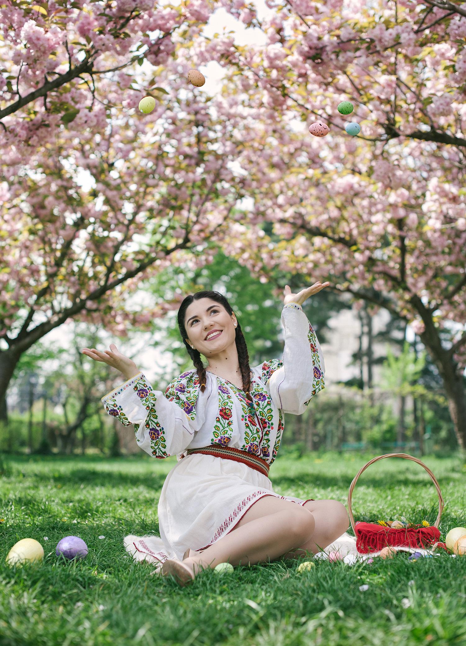 fotograf, fotograf profesionist, robert dumitru fotograf profesionist, fata frumoasa in costum popular traditional romanesc, pomi infloriti primavara, pomi frumosi infloriti,