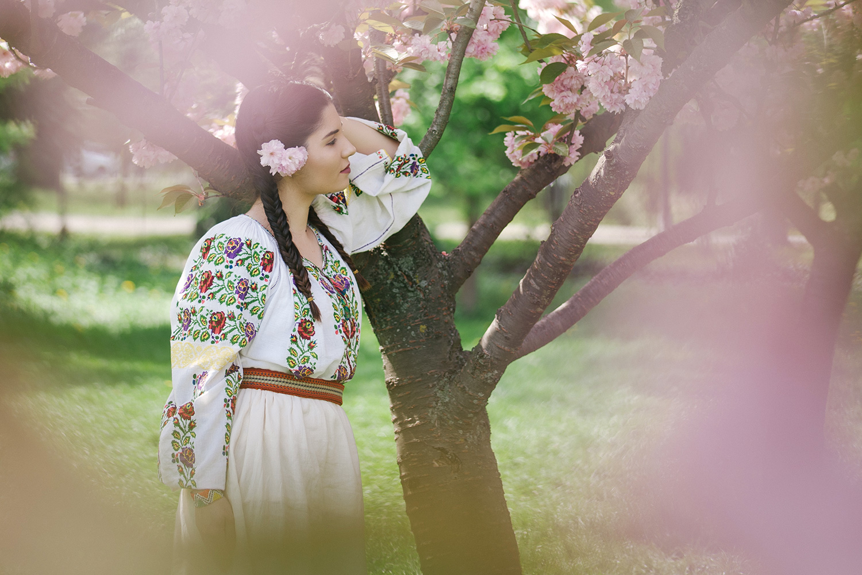 fotograf, fotograf profesionist robert dumitru fotograf profesionist, fata frumoasa in costum popular traditional romanesc, sedinta de portret in Gradina Japoneza