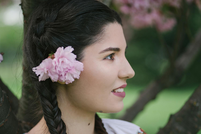 fotograf profesionist, fotograf, fata frumoasa bruneta ce are codite impletite lungi si floare in par, fata cu floare in par