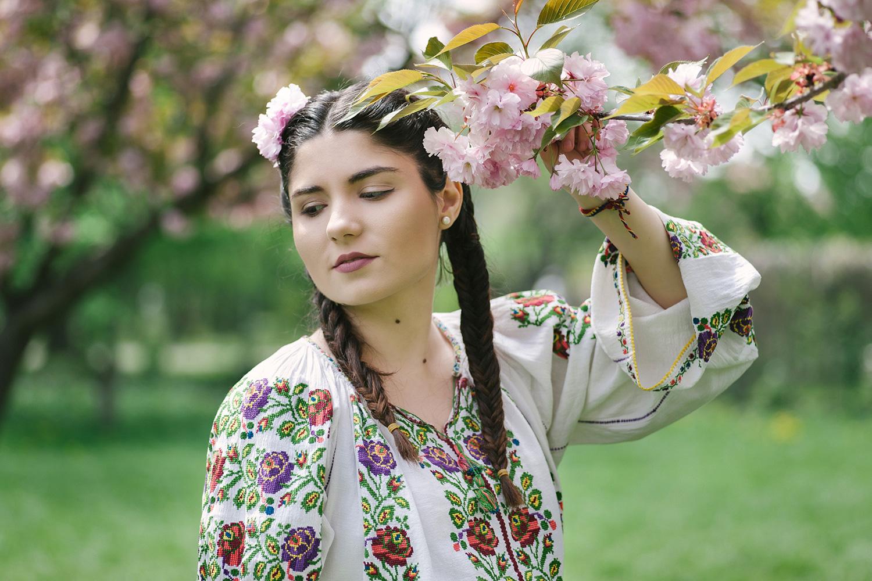 fotograf profesionist, fotograf, robert dumitru fotograf, fata frumoasa in costum popular traditional romanesc, creanga de cires roz inflorit, ciresi roz infloriti, flori in par