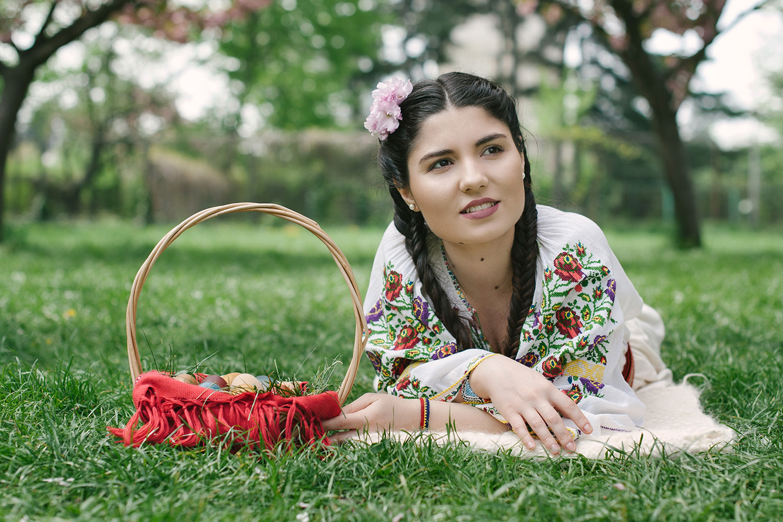 fotograf profesionist, fata frumoasa in costum popular traditional romanesc