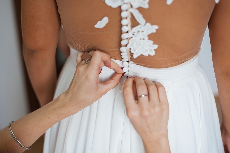 Fotograf profesionist de nunta, nunta, fotograf profesionist, fotograf Bucuresti, fotograf de nunta, detaliu maini care inchid nasturii rochiei de mireasa