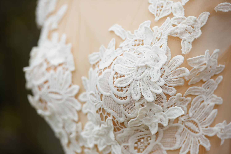 Fotograf profesionist de nunta, nunta, fotograf profesionist, fotograf Bucuresti, fotograf de nunta, detali dantela alba, detaliu top rochie de mireasa, rochie de mireasa, detaliu rochie de mireasa dantela alba