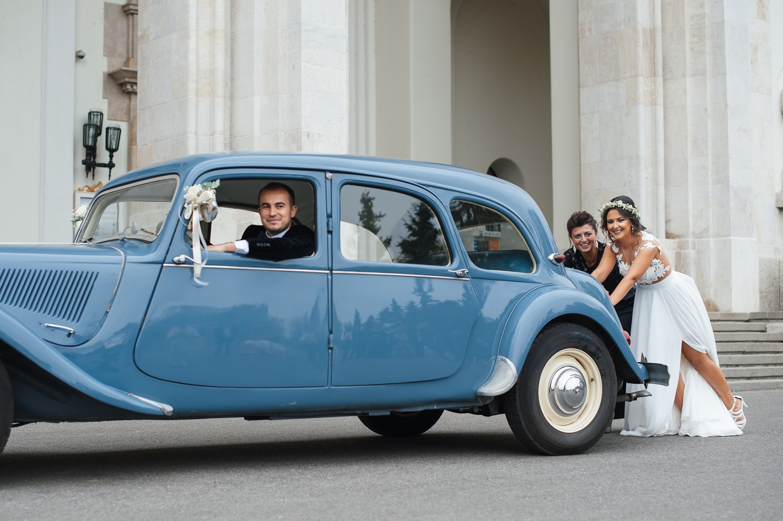 Fotograf profesionist de nunta, nunta, fotograf profesionist, fotograf Bucuresti, fotograf de nunta, fotografie amuzanta nunta, postura amuzanta nunta, nasa si fina, masina retro nunta, masina epoca
