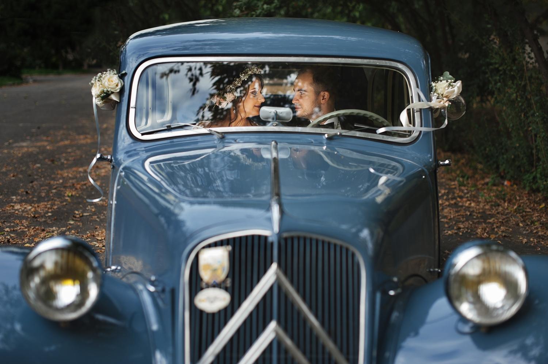 Fotograf profesionist de nunta, nunta, fotograf profesionist, fotograf Bucuresti, fotograf de nunta, masina epoza retro, masina epoca nunta, fotografie de nunta, mire si mireasa in masina de epoca,