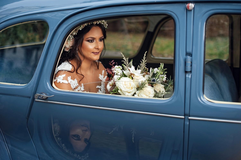 Fotograf profesionist de nunta, nunta, fotograf profesionist, fotograf Bucuresti, fotograf de nunta, close-up mireasa, portet mireasa, portret mireasa in masina retro, portret mireasa la sedinta foto din ziua nuntii, masina retro nunta, masina epoca nunta, masina retro