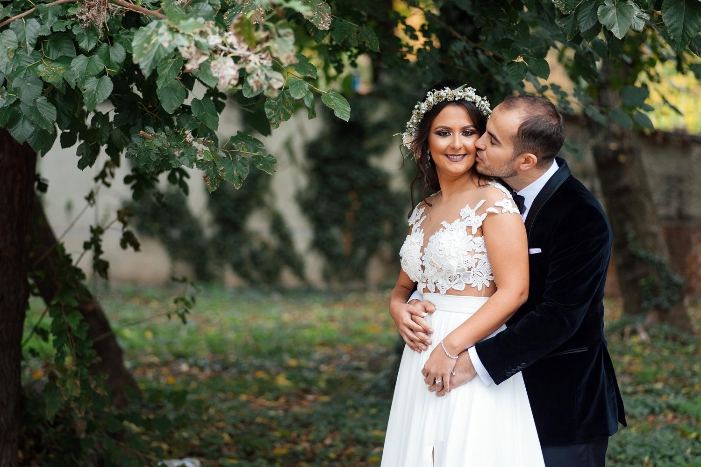 Fotograf profesionist de nunta, nunta, fotograf profesionist, fotograf Bucuresti, fotograf de nunta, portet mire si mireasa in ziua nuntii, mirele saruta mireasa, sedinta foto profesionista