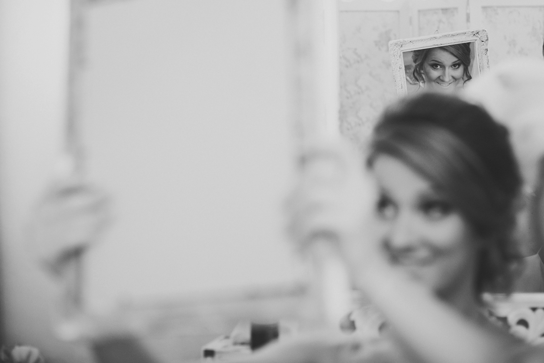 Mireasa in reflexia oglinzii