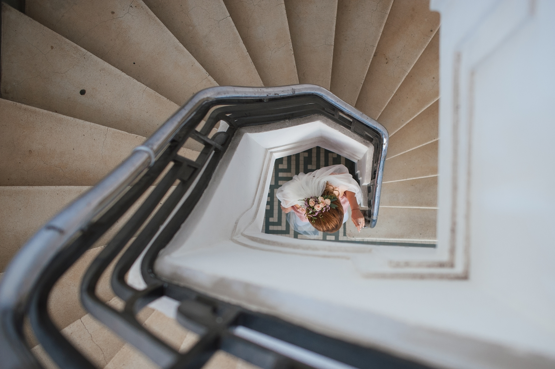 Mireasa fotografiat ade sus in centrul unei scari melc