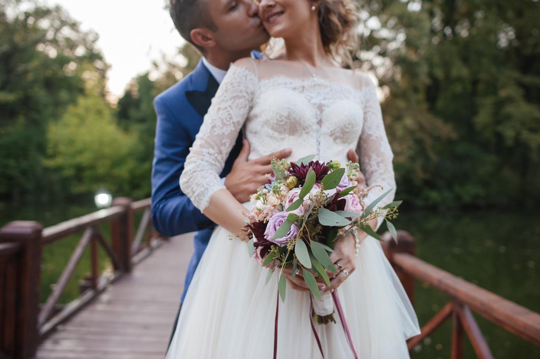 Fotografie de nunta cu detaliu buchet si brate