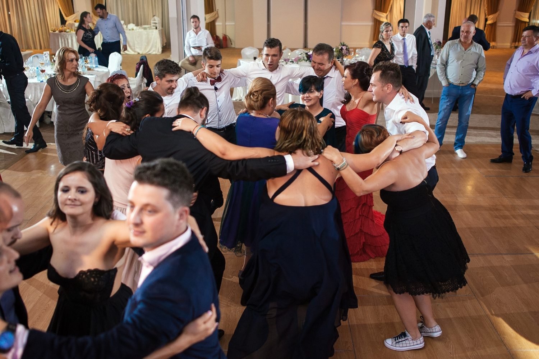 Invitatii la nunta danseaza hora