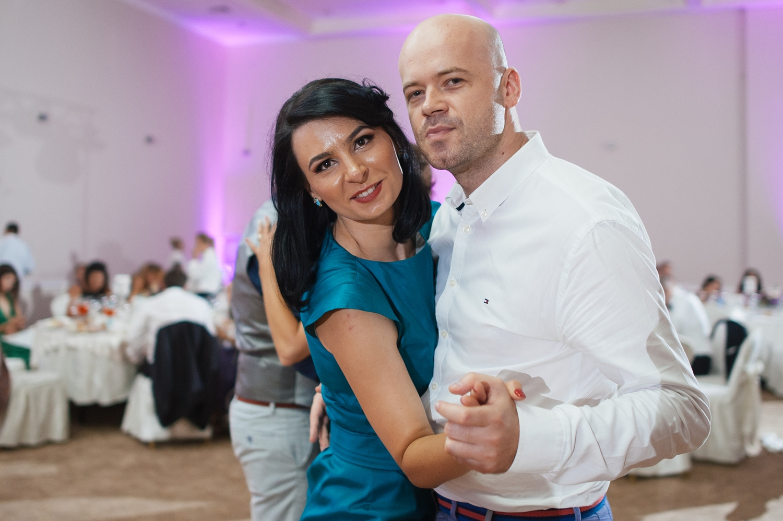 Doi tineri danseaza la nunta.