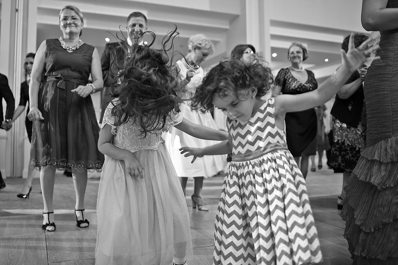 Doua fetite danseaza pe o melodie rock la nunta