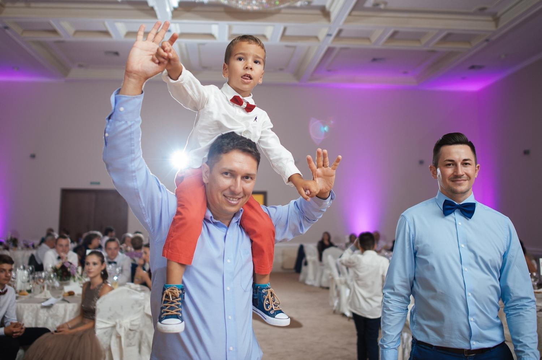 Tata si fiu in carca pe ringul de dans